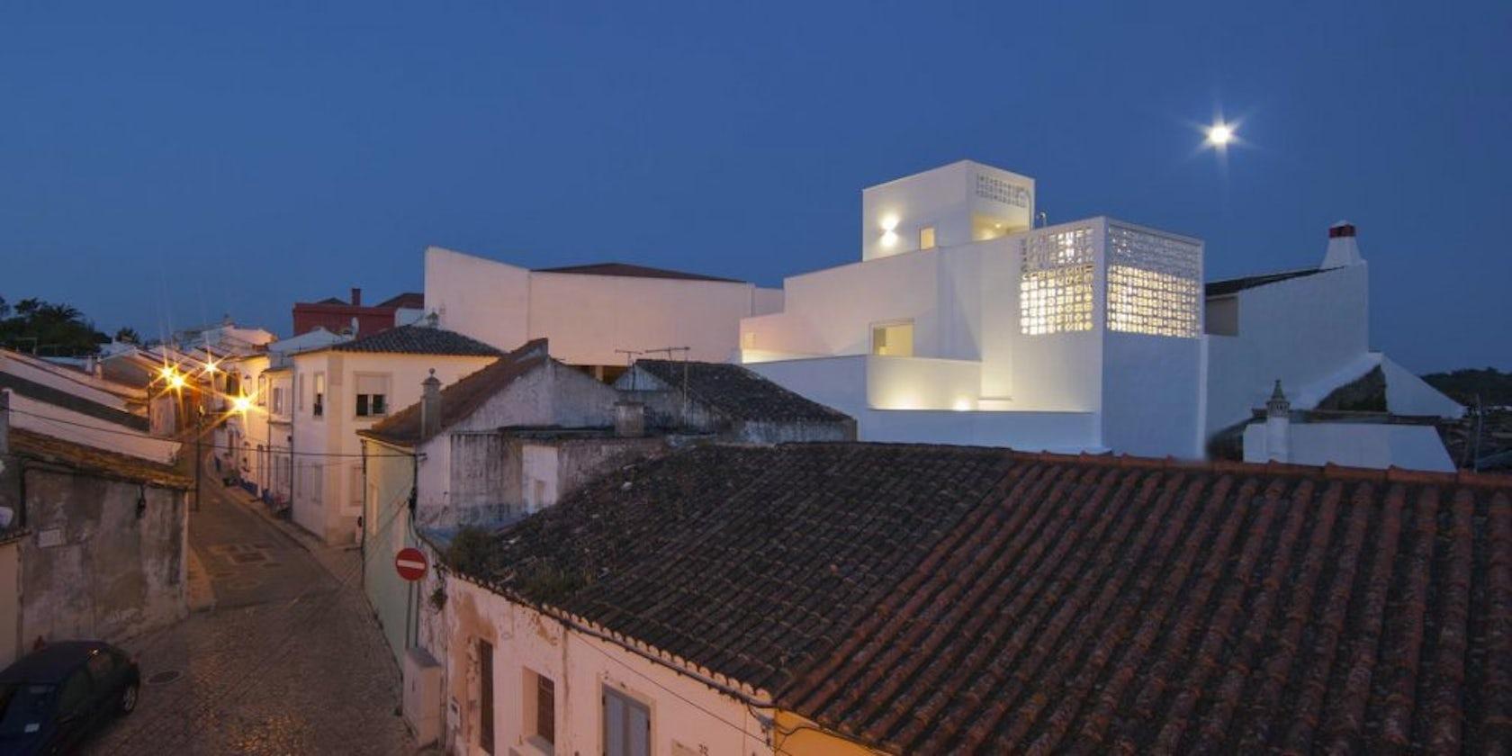 Modern mediterranean architecture architizer for Casa deco maison