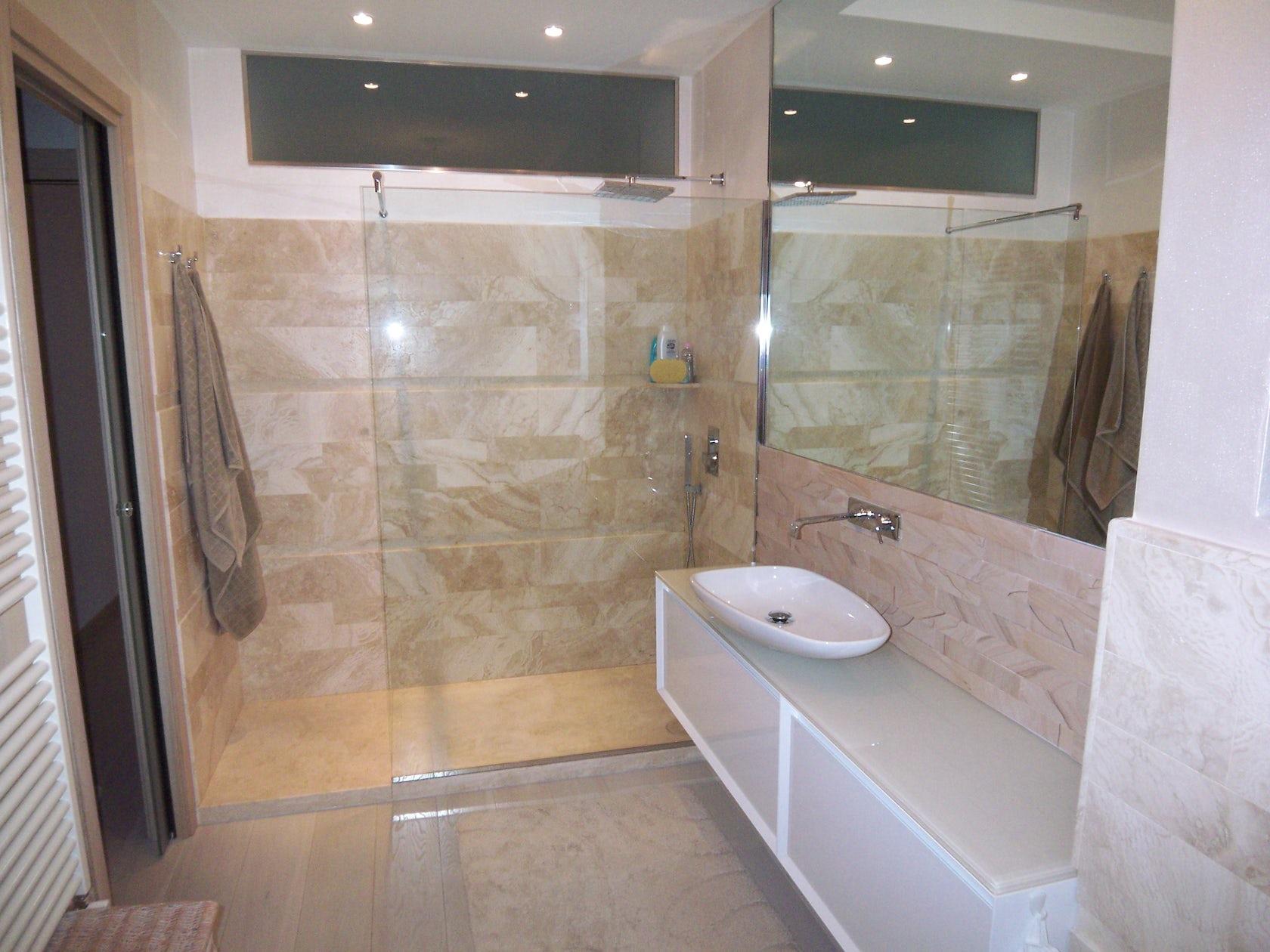 Progetto bagno tonalit beige bianco architizer for Arredo bagno bianco