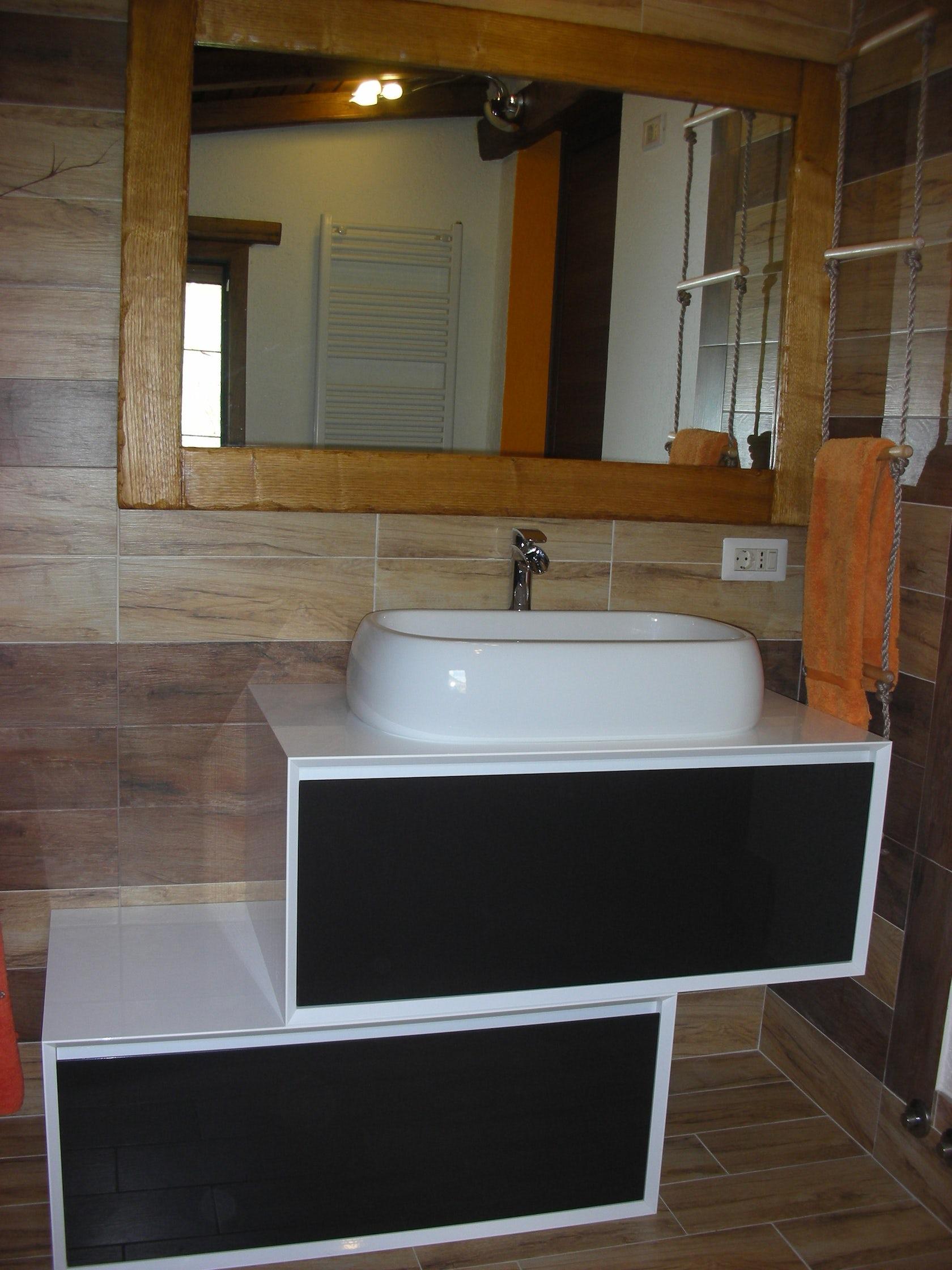 Bagno mansardato specchio in legno architizer - Specchio bagno legno ...