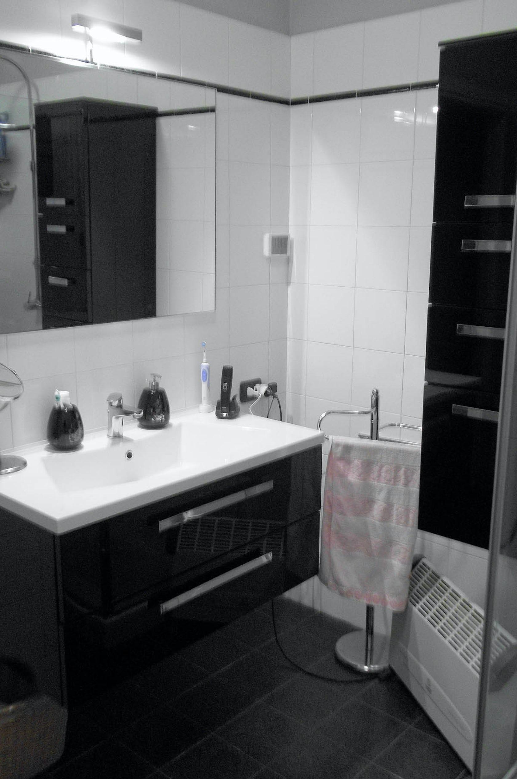 Arredo bagno nero lucido su parete ceramica bianca - Mobile bagno nero lucido ...