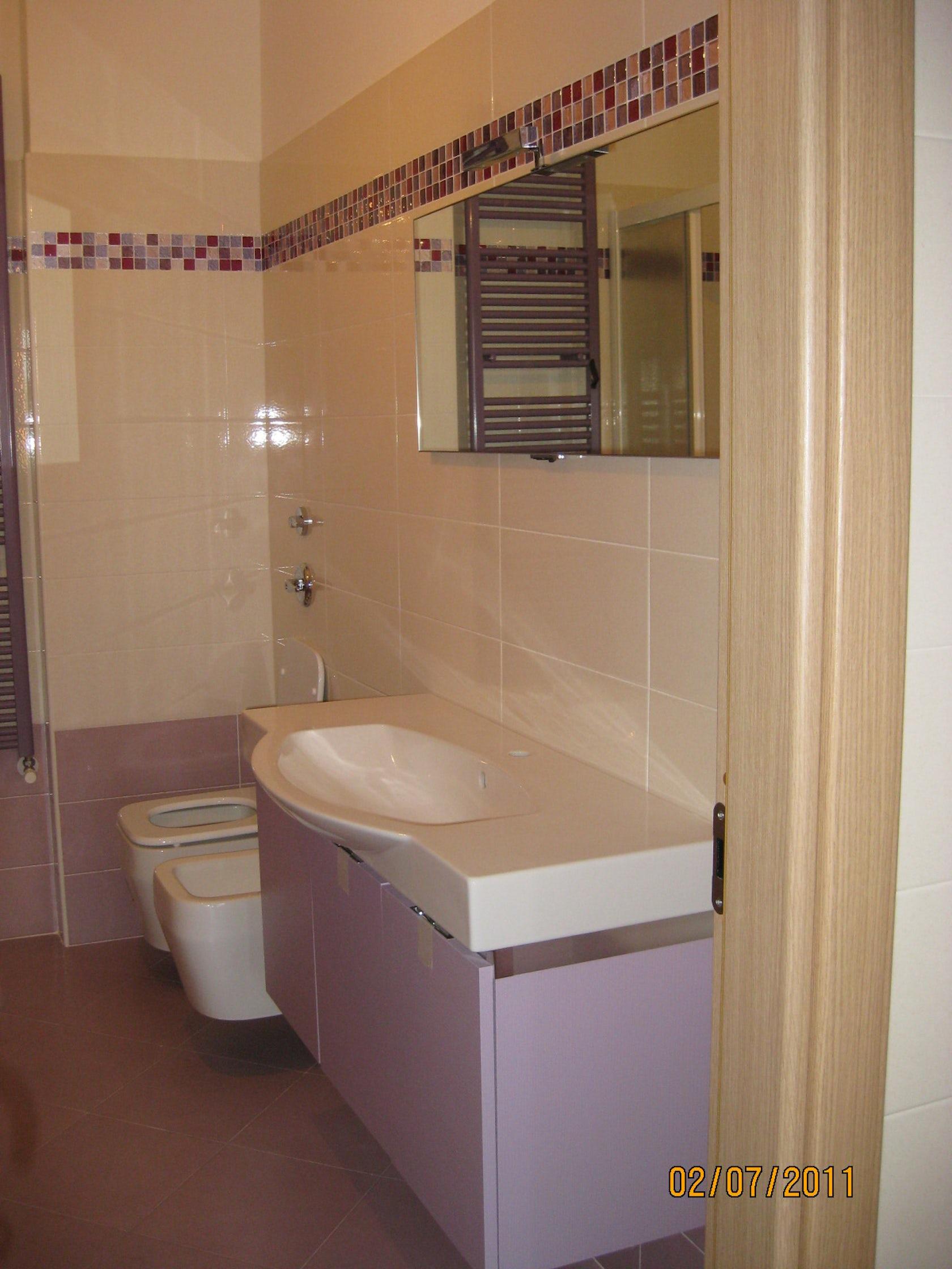 Bagno con mobili e rivestimenti glicine on Architizer