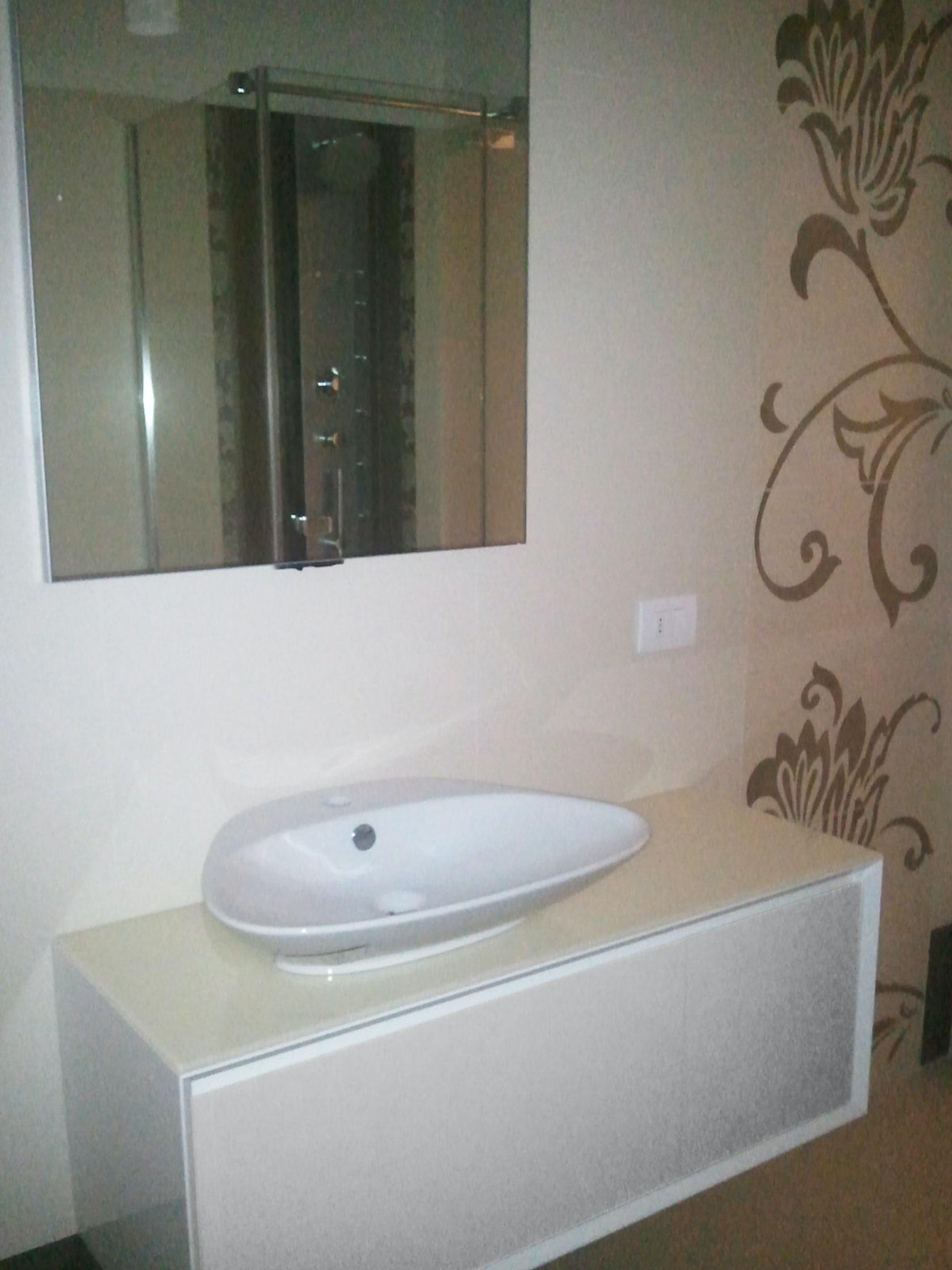 Bagno mobili e decori bianco e beige architizer - Arredo bagno pistoia ...
