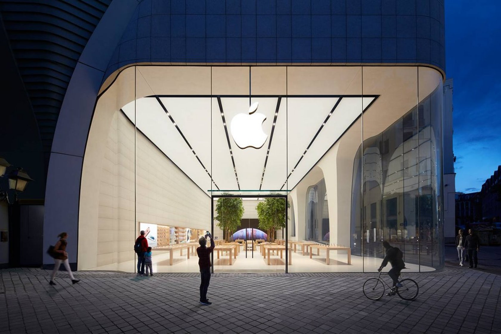 1463802848144this-is-the-new-apple-store-in-brussels-from-the-outside.jpg?q=60&auto=format,compress&cs=strip&w=1680