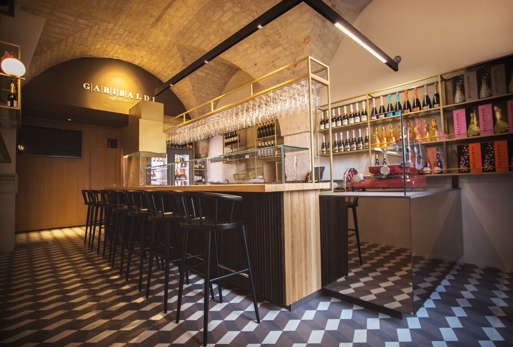 Garibaldi caf bistrot architizer for Arredo bar design