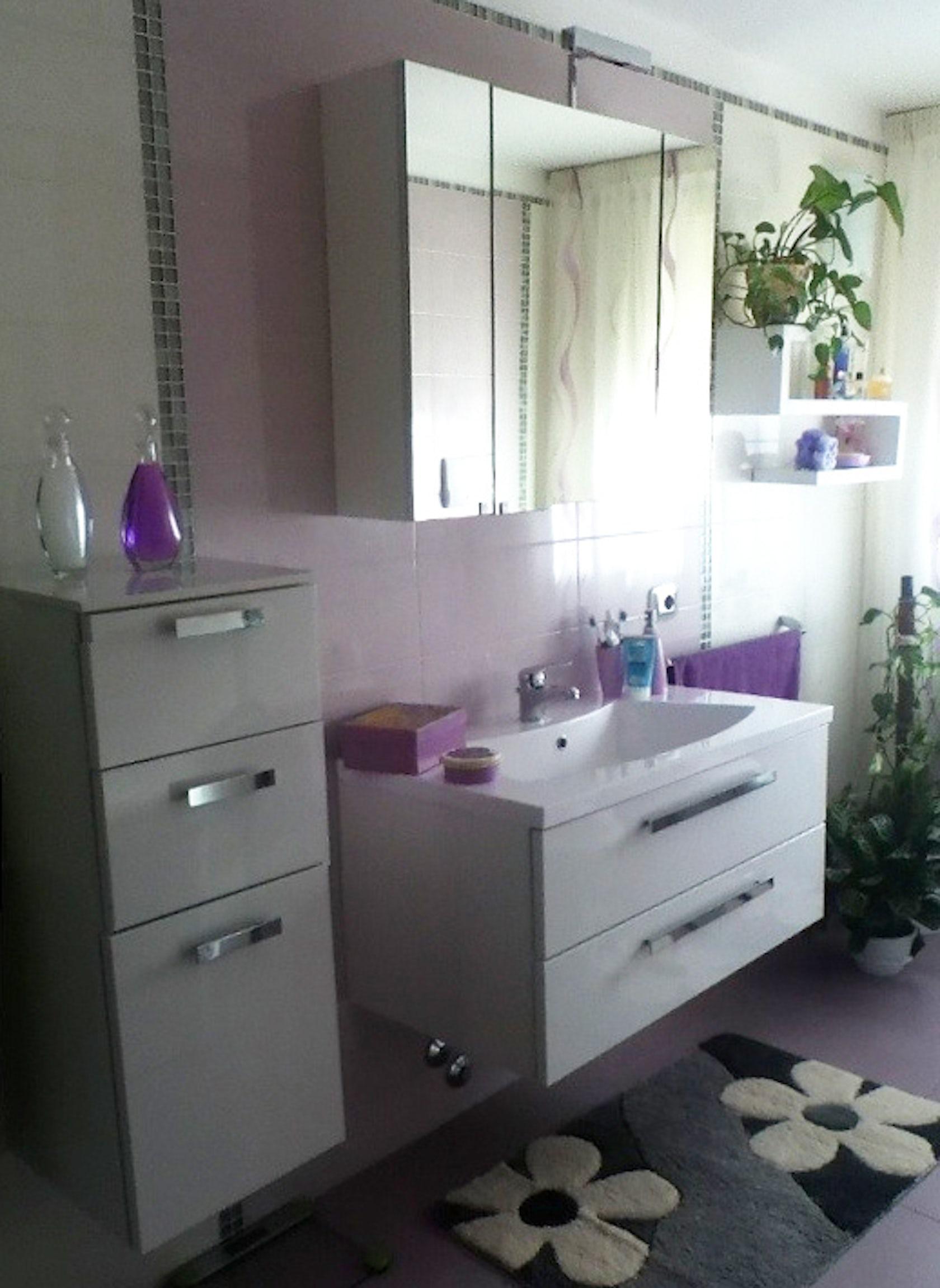 Arredo bagno bianco su parete lilla - Architizer