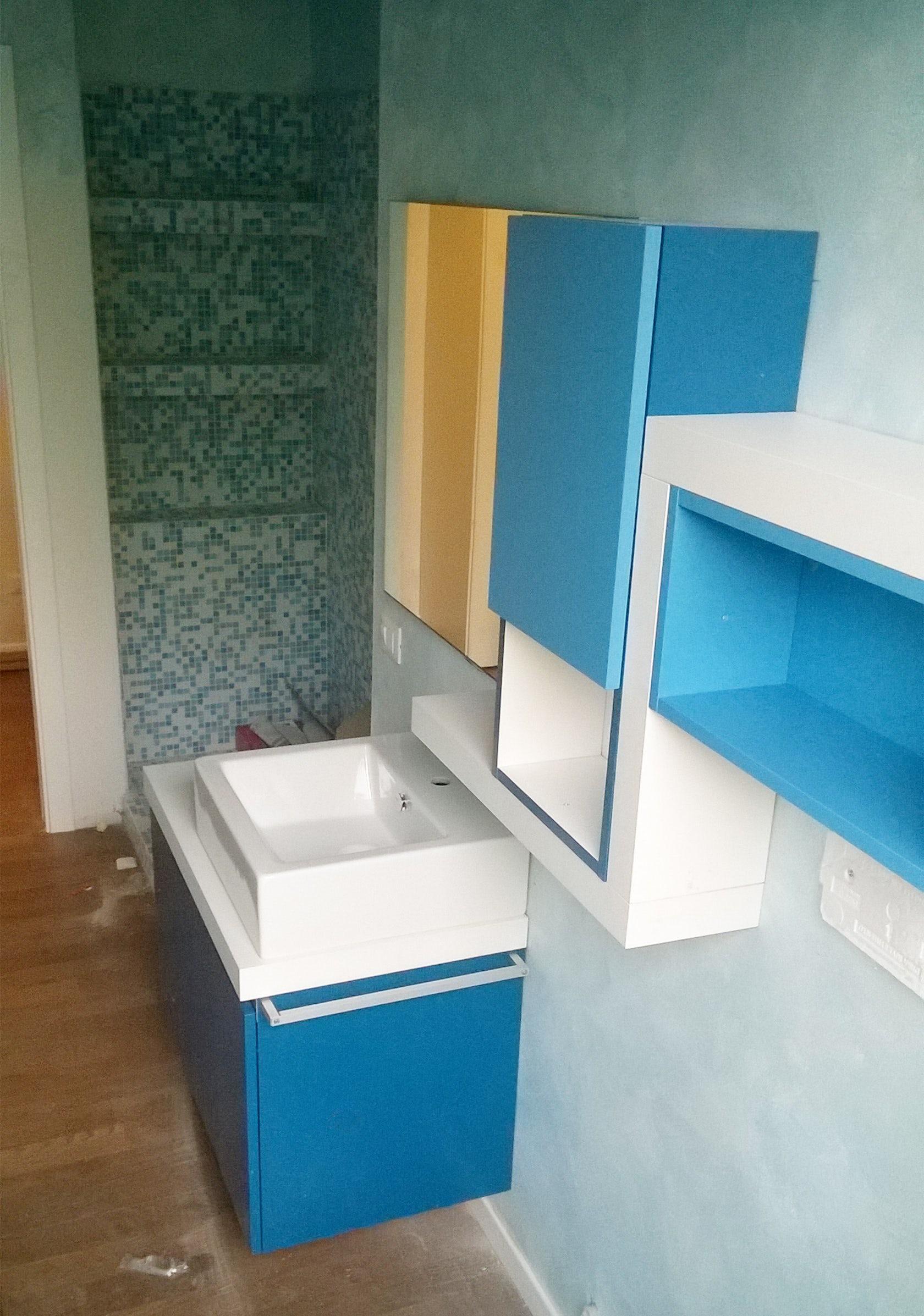 Bagno blu e azzurro architizer for Mobile bagno blu