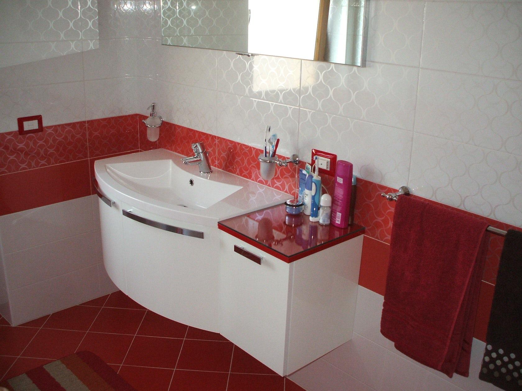 Bagno rosso e bianco architizer for Arredo bagno bianco